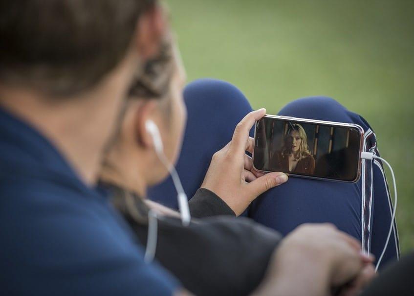 Un couple qui regardent un smartphone